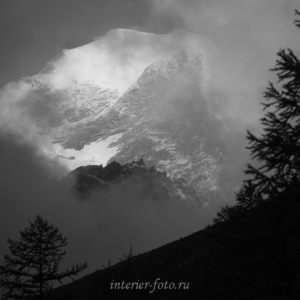 Черно-белая фотография Горы Актру туманным утром