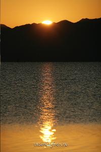 Рассвет на озере Хар-Ус-Нуур в Монгольском Алтае