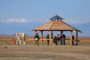 У каменного изваяния Чингисхан - Тува