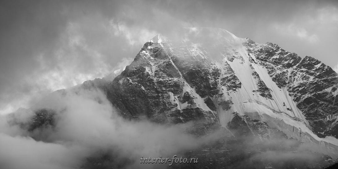 Вершина Донгузорун в облаках