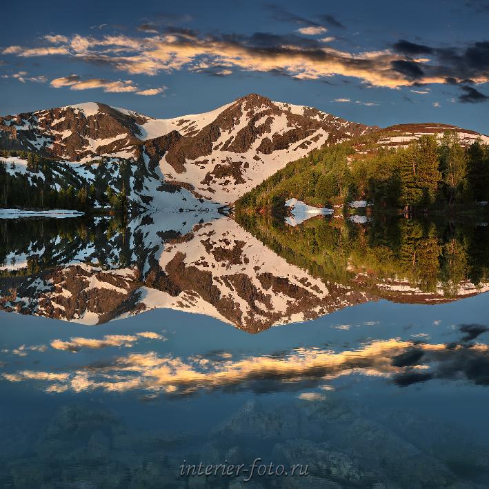 Рассвет на озере у горы Красной