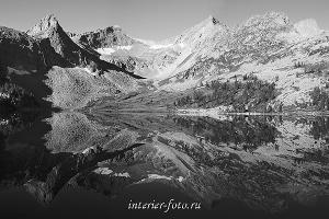 Черно-белое фото Большое Крепкое озеро. Катунский хребет