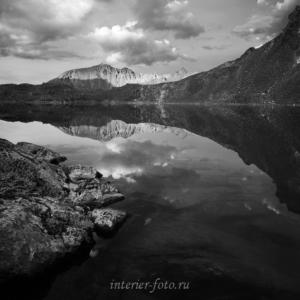 ЧБ фотография Кубадринское озеро на Курайском хребте