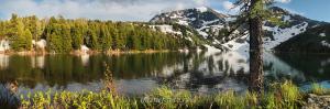 Нижнее озеро под горой Красной в июне