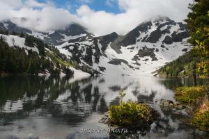 Заснеженные склоны горы Красной в июне