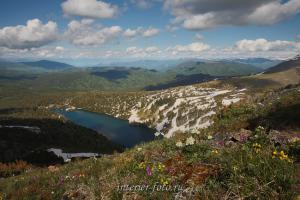 Вид сверху на Нижнее озеро - гора Красная
