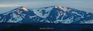 Закатный свет на вершинах горы Красной