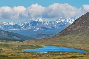 Вид на Южно-Чуйский хребет и озеро Красное