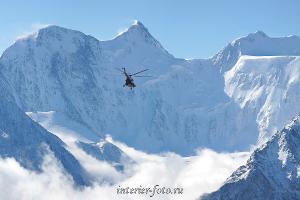 Вертолет на фоне Белухи