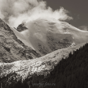 Черно-белое фото Вершина в облаках