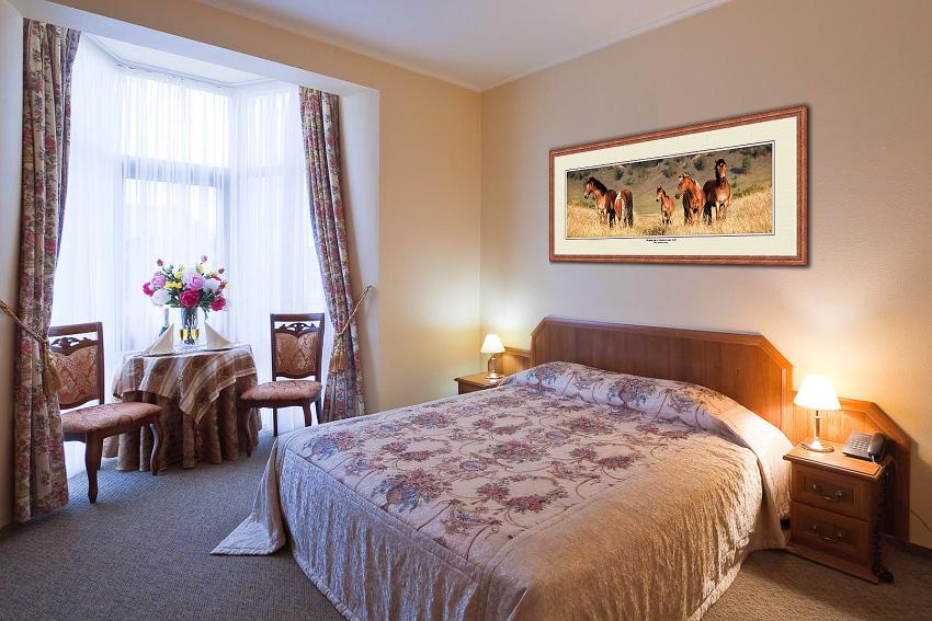 Фотография на стене спальни