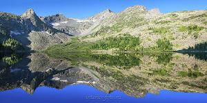 Отражение в озере Крепком на Алтае