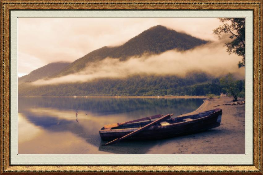 Живописный вид Лодка на озере